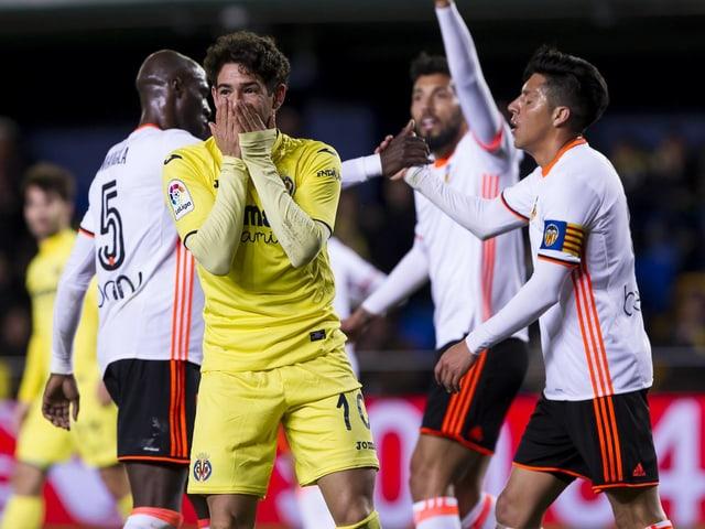 Valencias Spieler jubekn vor einem frustrierten Villarreal-Akteur