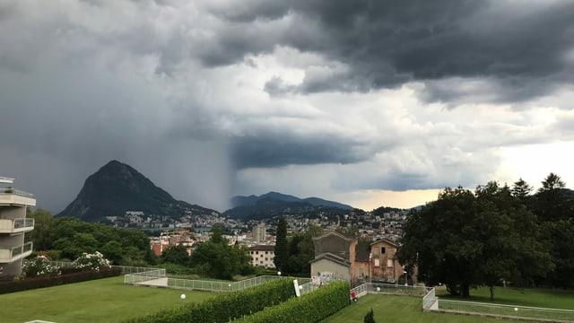 Regenzelle über dem Lago Maggiore.