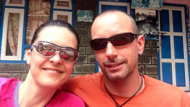 Purtret da Bettina Schlumpf e Julian Schnoz en il Nepal.