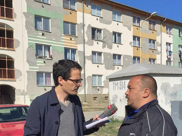 Korrespondent interviewt Mann in Osteuropa.