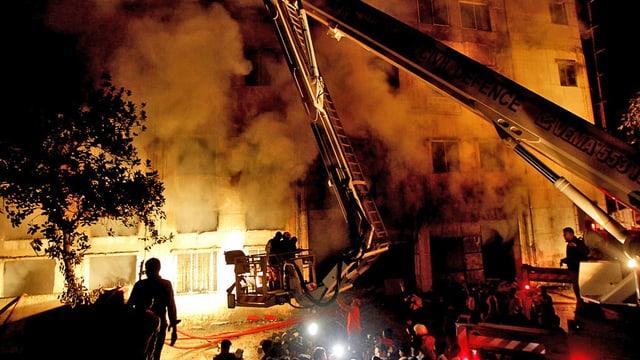 Feuerwehrleute löschen einen Grossbrand in einer Fabrik in Bangladesch. (keystone)