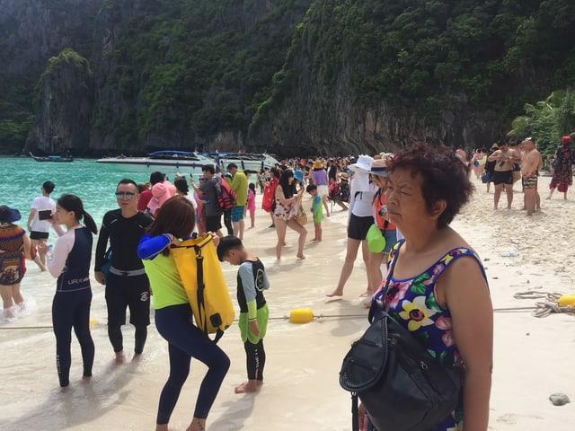 Blick auf dicht besetzten Maya Strand.