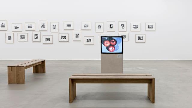 Ein Fernseher mit Äpfeln drauf im Museum.