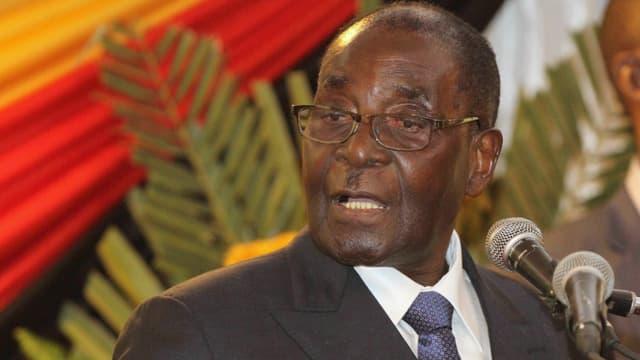 Mugabe bei seiner Rede vor Mikrofonen