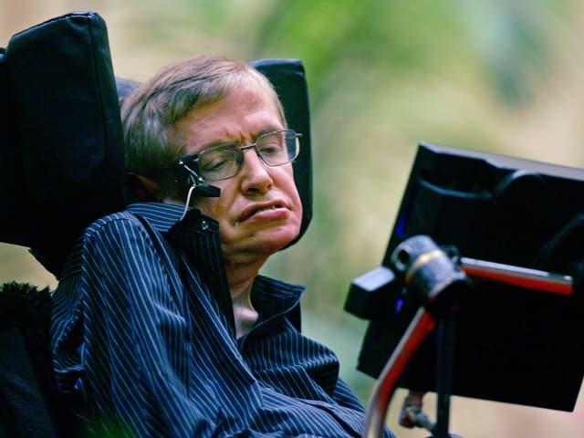 Stephen Hawking im Rollstuhl.