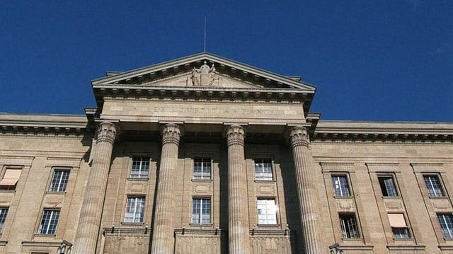 Il bajetg dal Tribunal federal da davant. Ins vesa quatter pitgas vid il bajetg cun in porticus. Sur l'entrada è ina statua da la Giustizia.