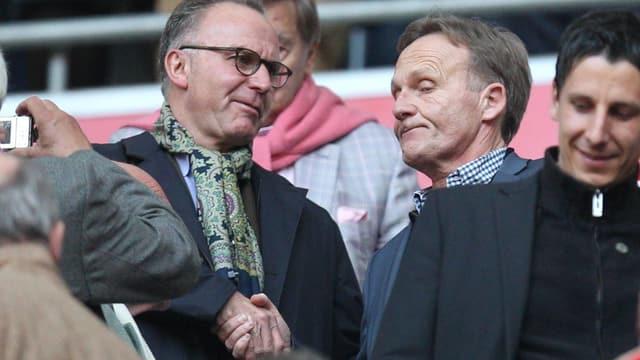 Bayerns Vorstandsvorsitzenden Karl-Heinz Rummenigge (links) und BVB-Geschäftsführer Joachim Watzke schütteln sich die Hand