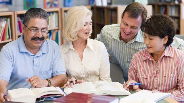 Erwachsene sitzen zusammen und lernen