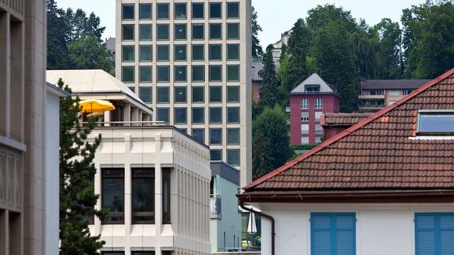 Der Neubau der FHS im Hintergrund mit angrenzenden Häusern im Vordergrund.