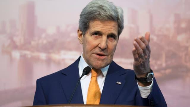 John Kerry mit erhobener Hand