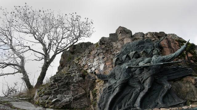 Vries an einem Felsen mit Soldaten.