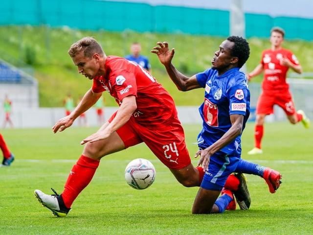 FCL-Stürmer Ibrahima Ndiaye im Zweikampf mit Cedric Gasser.