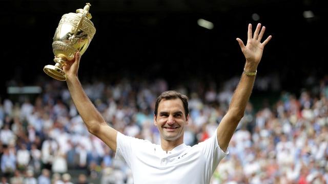 Roger Federer stemmt Pokal in die luft
