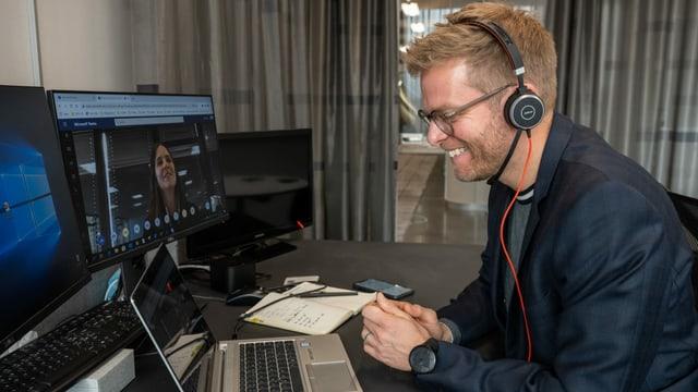 Olivier Borer im SRF-Newsroom am Leutschenbach: Von hier aus beantwortet er via Videokonferenz Fragen von Studierenden der Eidgenössischen Hochschule für Sport in Magglingen.