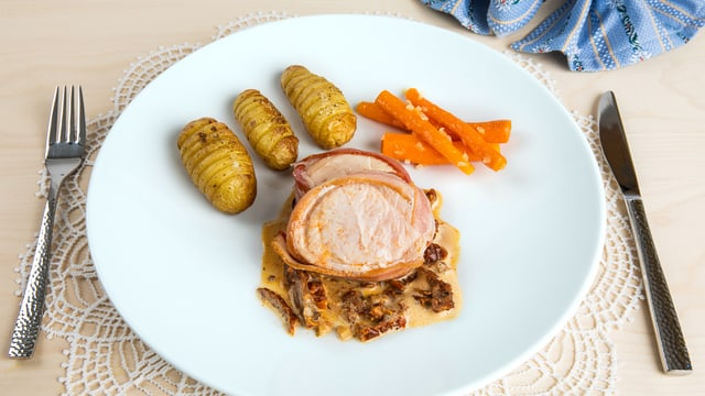 Trutenfiletmedaillon mit Chammesauce, Kartoffelfächer und Rüebli