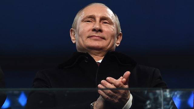 Putin in Grossaufnahme, er klatscht in die Hände.