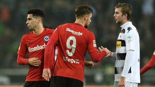 Frankfurt-Stürmer Haris Seferovic beim Handshake mit Christoph Kramer.