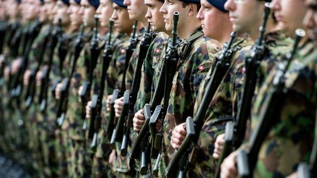 Infantarists da l'armada svizra stattan en ritscha.