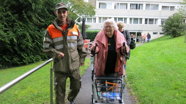 Zivilschützer mit Seniorin.