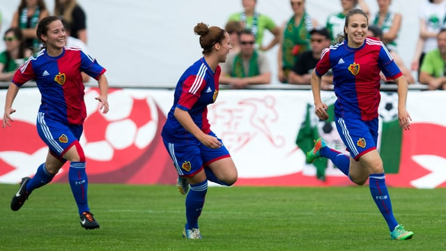 sportliche Frau mit langem Haar im FCB Trikot bejubelt Tor