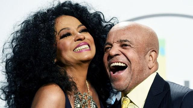 Diana Ross und Motown-Gründer Berry Gordy lachend.