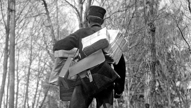 Ein vollbepackter Briefträger im Jahr 1933