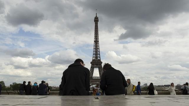 Eiffelturm und Besucher