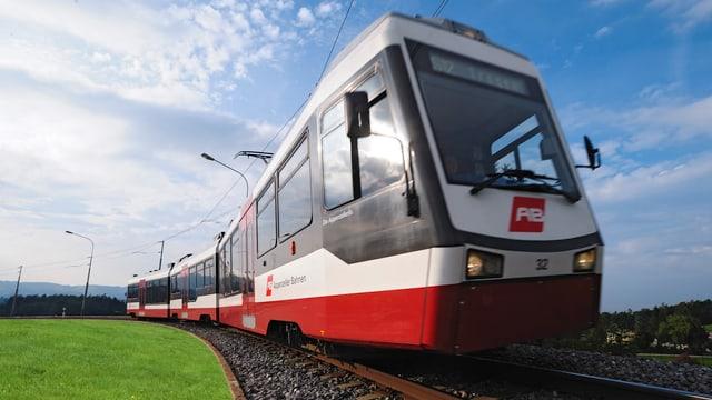 Zug der Appenzellerbahnen, der durch die Landschaft fährt.