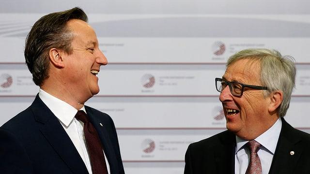 David Cameron (links) und Jean-Claude Juncker (rechts) lachen sich an
