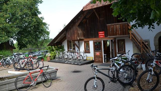Ein altes Haus mit Fahrräder.