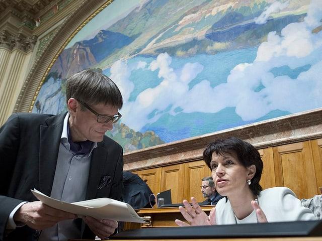 Nationalrat Karl Vogler im Gespräch mit Bundesrätin Doris Leuthard im Nationalratssaal.