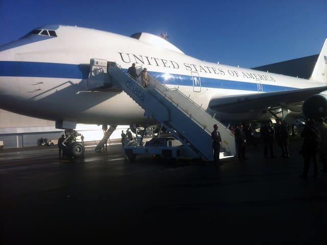 Aus der Boeing E-4B stieg US-Verteidigungsminister Ashton Carter mit seiner Frau.