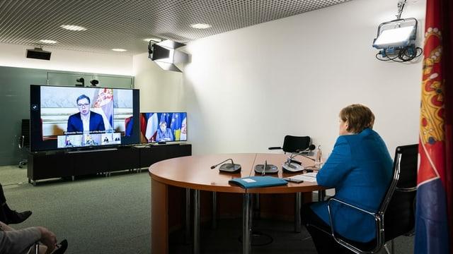 Bundeskanzlerin Angela Merkel verfolgt nimmt von Berlin aus an der Videokonferenz mit Präsident Macron, dem serbischen Präsidenten Vucic und dem kosovarischen Premier Hoti teil.