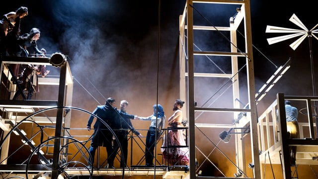 Holzkonstruktion mit Schauspielern
