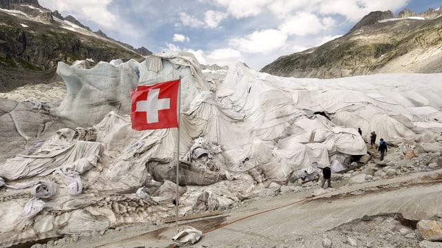 Eine weisse Schutzhülle über dem Rhonegletscher.
