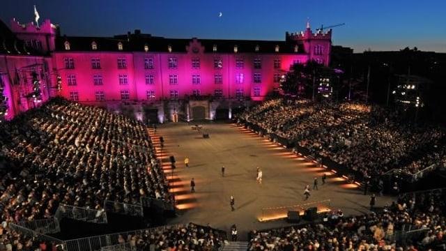 Grossaufnahme des Basel Tattoo, mit Kaserne im Hintergrund.