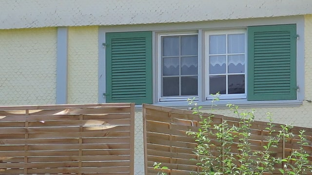 Das Fenster eines Einfamilienhauses.