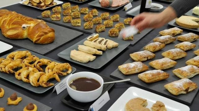 Diverse Schweizer Spezialitäten auf einem Tisch.