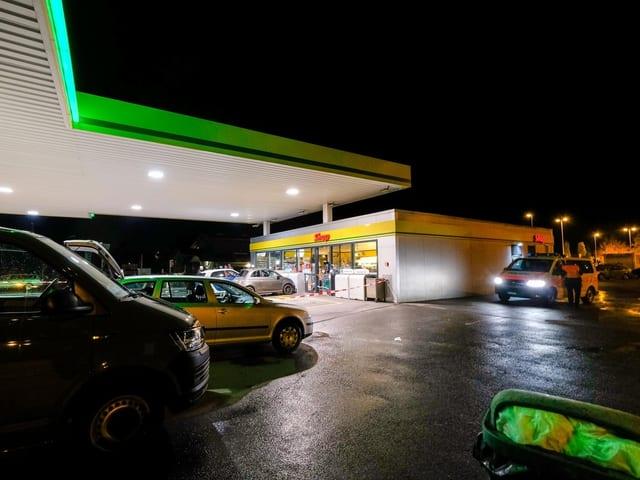 Eine Tankstelle bei Nacht.