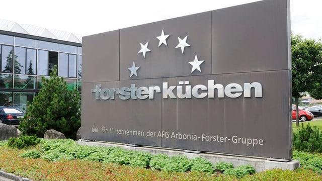 Firmeneingang der Forster Küchen mit grosser Tafel