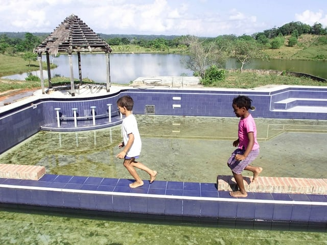 Kinder spielen im Park der ehemaligen Escobar-Hacienda.