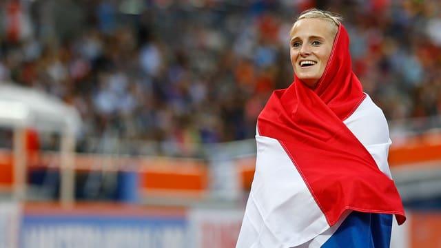 Anouk Vetter in eine niederländische Fahne gehüllt.