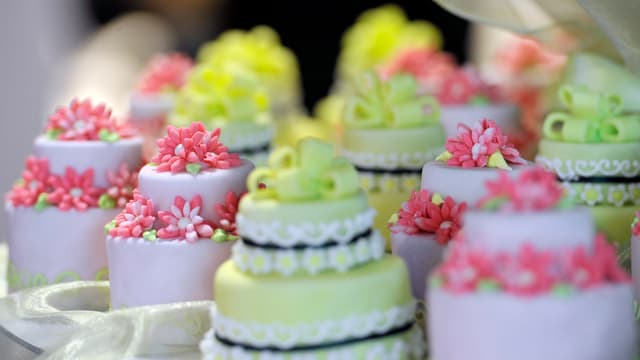 Doppelstöckige bunte Muffins mit Zuckerglasur als neue Form der Hochzeitstorte