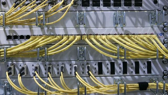 Gelbe Kabel stecken in einem Computersystem.