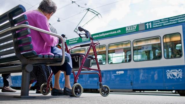 Dunna sesa cun rollatur tar staziun da tram da Turitg.