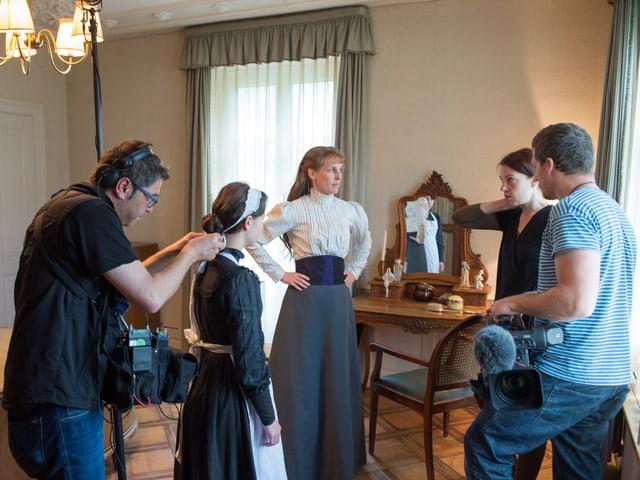 Tontechniker, Kameramann, Redaktorin, Fabrikantengattin und Dienstmädchen im Schlafzimmer in der Villa
