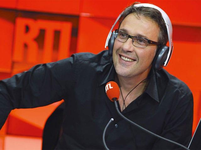 Ein Mann in einem Studio mit Kopfhörer und Mikrofon.