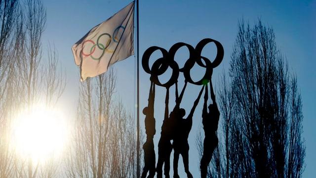 Symbolbild: Skulptur und olympische Fahne vor dem IOC-Sitz in Lausanne.
