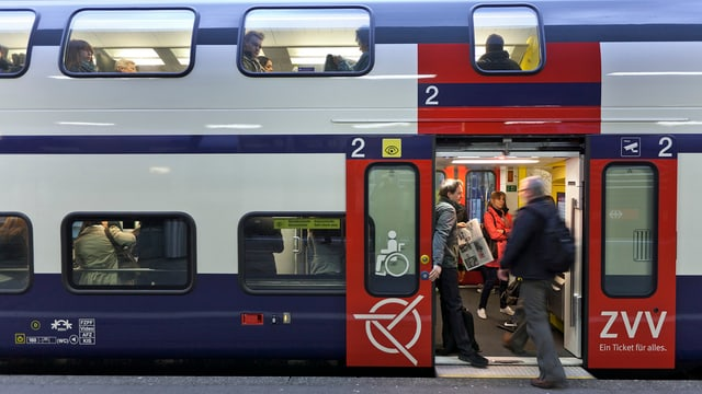 Passagiere steigen in einen S-Bahn-Doppelstock-Zug.