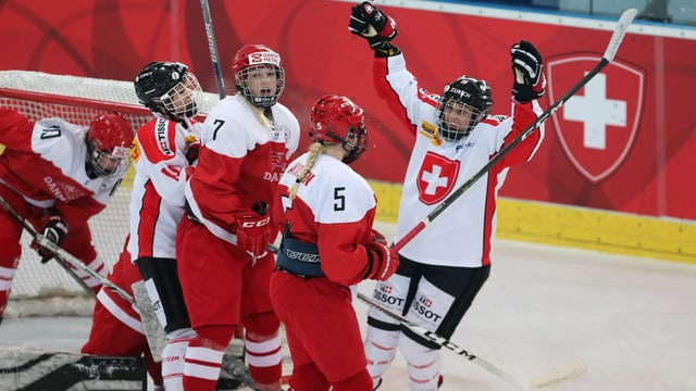 giugadras da hockey suenter in gol